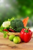 Légumes sur le fond en bois et de tache floue de nature Photographie stock libre de droits