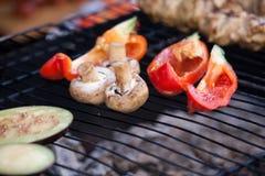 Légumes sur le gril Sur le gril de grille sont les légumes frits aubergine, poivre et mushroomsr images stock