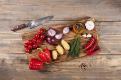 Légumes sur le panneau en bois Images stock