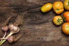 Légumes sur le vieux fond en bois Photographie stock libre de droits