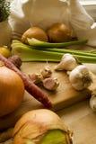 Légumes sur un bloc en bois Photo libre de droits