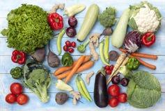 Légumes sur un conseil en bois bleu image stock