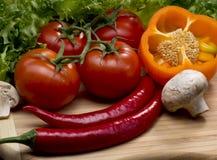 Légumes sur un hachoir image stock