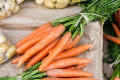 légumes sur un marché rural local dans le mois juillet d'été de la ville image stock