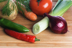 Légumes sur un panneau en bois Images libres de droits