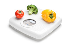 Légumes sur une échelle de poids Photo stock
