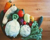 Légumes sur une table en bois Photographie stock libre de droits