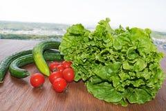 légumes Tomate, concombre, salade verte en bois photo stock
