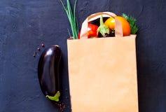 Légumes traditionnels dans le sac de papier sur le fond foncé, faisant des emplettes dans le supermarché, concept de l'alimentati image libre de droits