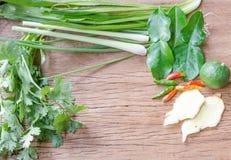 Légumes utiles sur un fond en bois Photos libres de droits