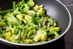 Légumes verts sur la poêle Photographie stock libre de droits