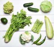 Légumes verts sur la table en bois blanche Image libre de droits