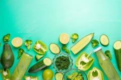 Légumes verts sur un fond vert Composition de detox et nutrition saine, régimes alimentaires sains et sports Bannière pour photos stock