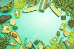 Légumes verts sur un fond vert Composition de detox et nutrition saine, régimes alimentaires sains et sports Bannière pour image stock