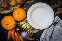 Légumes vides de bol et d'automne de soupe : potiron, carottes, pommes, oignons et ail Humeur d'automne photos libres de droits