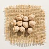 Légumineuse de pois chiches Fermez-vous des grains au-dessus de la toile de jute Images libres de droits