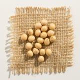 Légumineuse de soja Fermez-vous des grains au-dessus de la toile de jute photographie stock