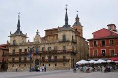 Léon, Espagne - septembre 2018 : Gens du pays recueillant au maire de plaza dans la vieille ville de Léon, Espagne images libres de droits