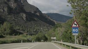 Lérida, España Conducción de automóviles en Asphalt Freeway hermoso, autopista, carretera N-260 contra la perspectiva de meridion almacen de video
