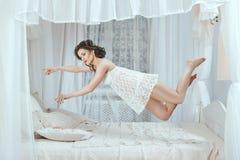Lévitation au-dessus du lit Photo libre de droits