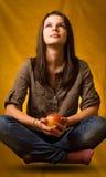 Lévitation de yoga avec la pomme. Photographie stock libre de droits