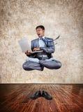 Lévitation de yoga d'affaires Photos stock