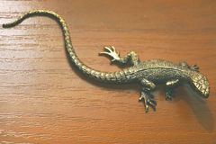 Lézard en bronze sur la table Photo stock