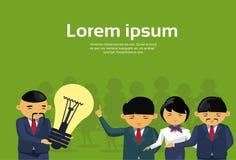 Líder asiático Giving Light Bulb del hombre de negocios a los empresarios Team Creative New Idea Concept Imagen de archivo