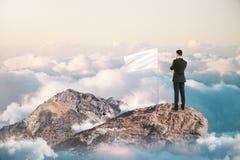 Líder bem sucedido na montanha fotos de stock royalty free