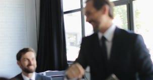 Líder Business Man Giving cinco altos seus empresários Team After Successful Brainstorming Meeting, chefe alegre filme