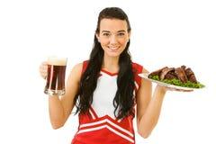 Líder da claque: Menina que guarda reforços e cerveja Fotografia de Stock Royalty Free