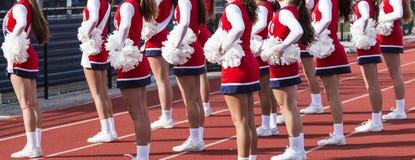Líder da claque que cheering em um jogo de futebol da High School foto de stock royalty free