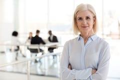 Líder de equipo confiado del entrenador del negocio de la señora que presenta en la oficina, puerto fotos de archivo