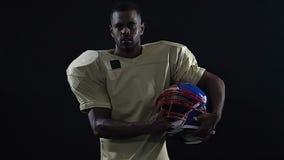 Líder de equipo latino que sostiene el casco de fútbol americano, alcohol del comandante, posición principal metrajes