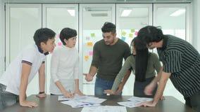 Líder de equipo que da una explicación emocional referente al proyecto a sus colegas almacen de video