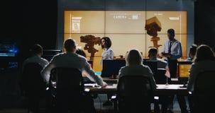 Líder de la misión que da el informe en sala de control