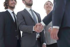Líder de negócio que agita as mãos com o acionista fotos de stock royalty free