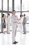 Líder de negócio que mostra a liderança e o espírito de equipe Fotos de Stock Royalty Free