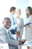 Líder empresarial con el panel táctil fotografía de archivo libre de regalías