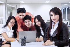 Líder empresarial con su equipo Imagen de archivo