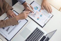 Líder empresarial confiado, conferencia de la reunión del equipo del negocio en o imagen de archivo