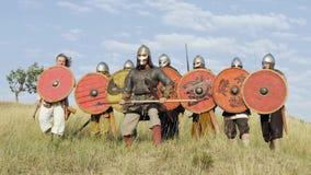 Líder Inspires del ejército sus guerreros con discurso de la batalla y la espada de los aumentos almacen de metraje de vídeo