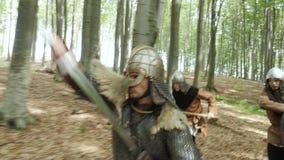 Líder Inspires su Viking con discurso de la batalla y la espada de los aumentos durante atacar almacen de metraje de vídeo