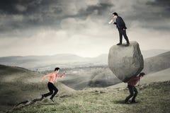 Líder joven y sus empleados en la colina fotos de archivo libres de regalías