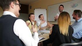 Líder Motivating Diverse Business Team People Give High Five Happy Company junto Celebre los buenos resultados de la recompensa almacen de video
