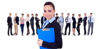 Líder que prende uma prancheta, equipe do negócio atrás Imagem de Stock