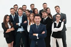 Líder que se coloca delante de un equipo grande del negocio Imagen de archivo