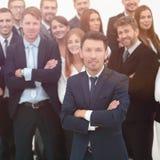 Líder que se coloca delante de un equipo grande del negocio fotografía de archivo