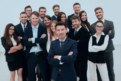 Líder que se coloca delante de un equipo grande del negocio fotos de archivo libres de regalías