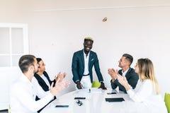 Líder y propietario de negocio de equipo acertado que llevan la reunión de negocios interna informal Concepto del negocio y del e fotografía de archivo